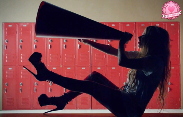 avril-lavigne-heres-to-never-growing-up-clipe-video-novo-musica-calca-xadrez-megafone-01