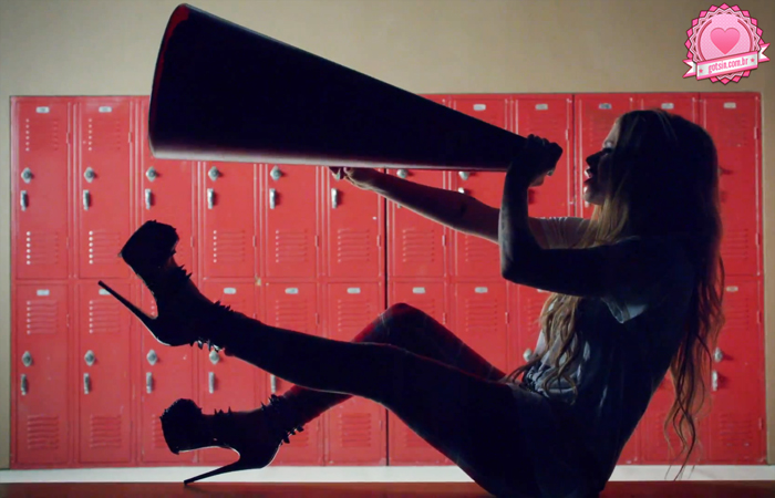 avril-lavigne-heres-to-never-growing-up-clipe-video-novo-musica-calca-xadrez-megafone-01