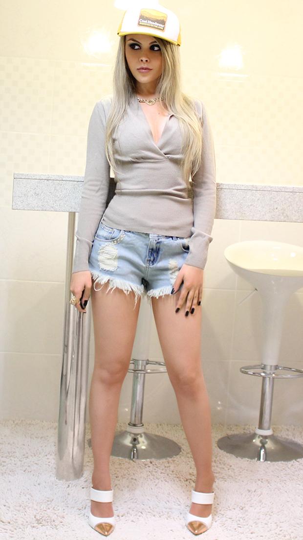 sininhu-sylvia-santini-meu-look-blog-got-sin-shorts-jeans-cintura-alta-sueter-boné-cap-mule-branco-sapato-01