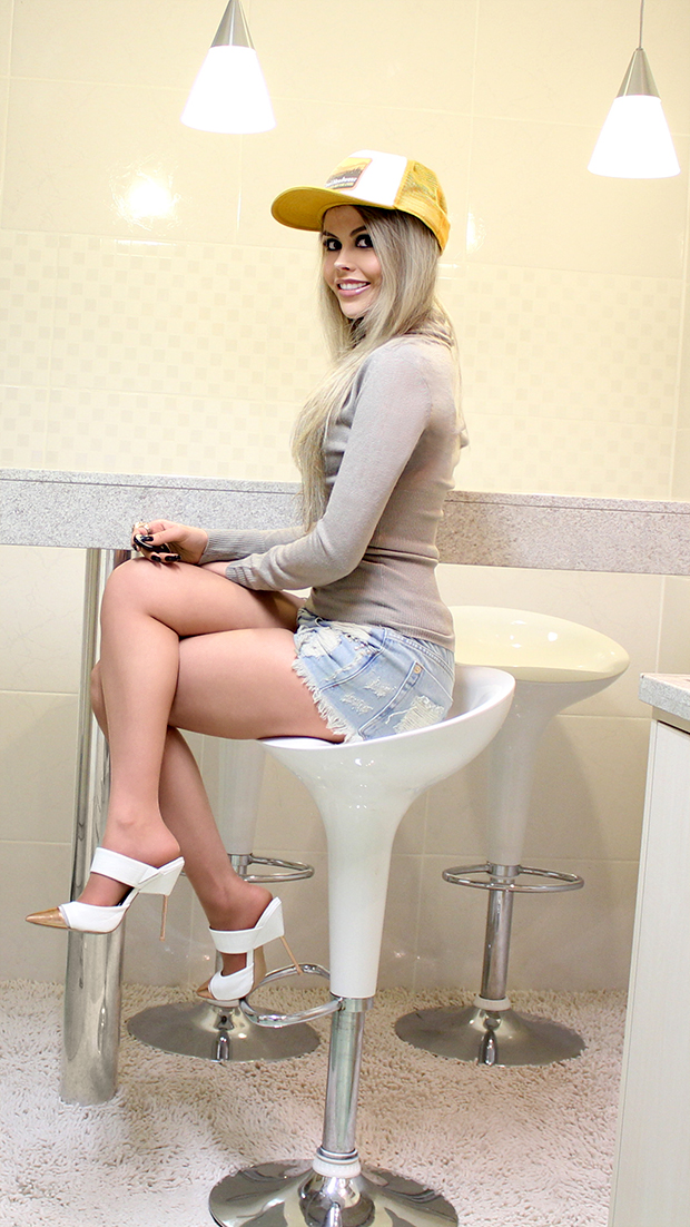sininhu-sylvia-santini-meu-look-blog-got-sin-shorts-jeans-cintura-alta-sueter-boné-cap-mule-branco-sapato-06