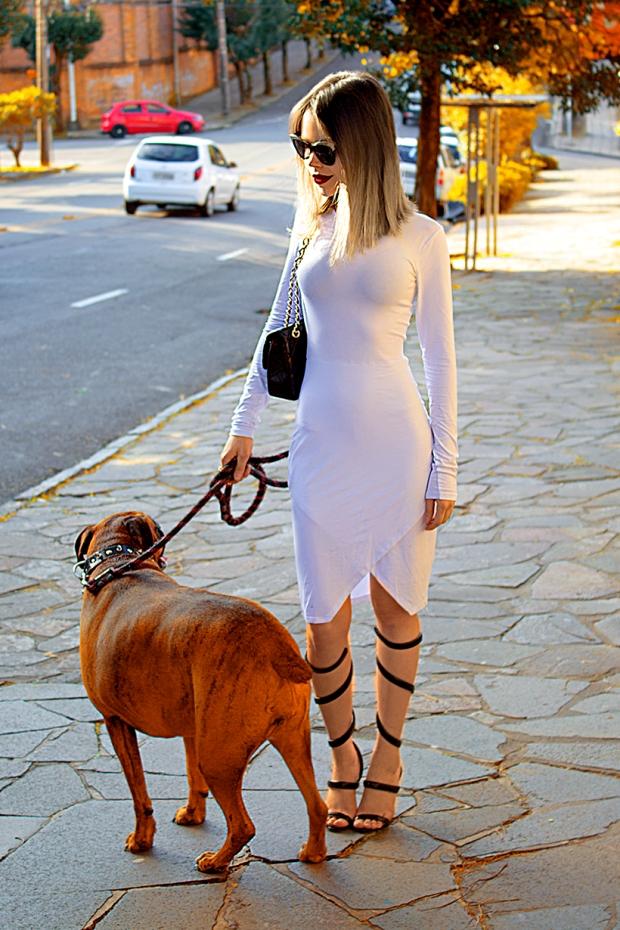 sininhu-sylvia-santini-meu-look-minimalista-vestido-branco-white-dress-body-conscious-sandalia-schutz-chanel-blog-got-sin-19