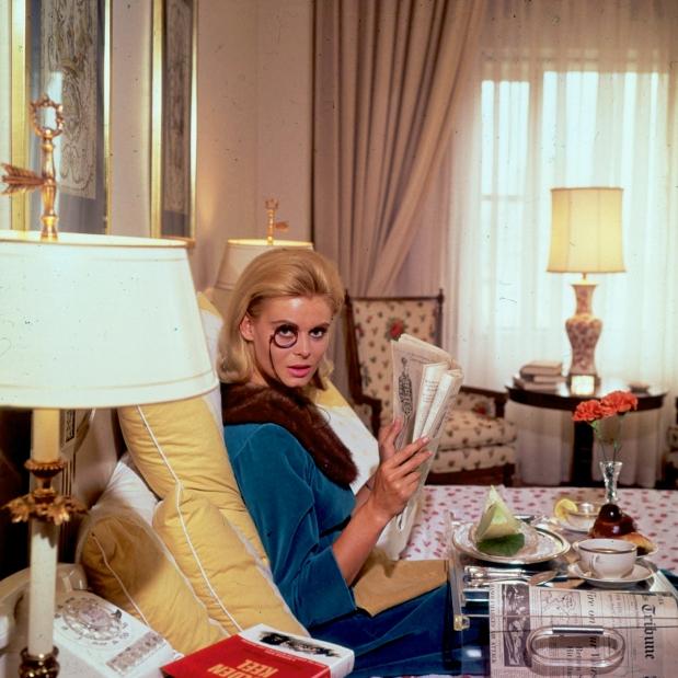 socialite x blogueira - Renata Boeck enjoying breakfast in bed at the Regency Hotel in New York 1964 - Slim Aarons - blog moda got sin 01