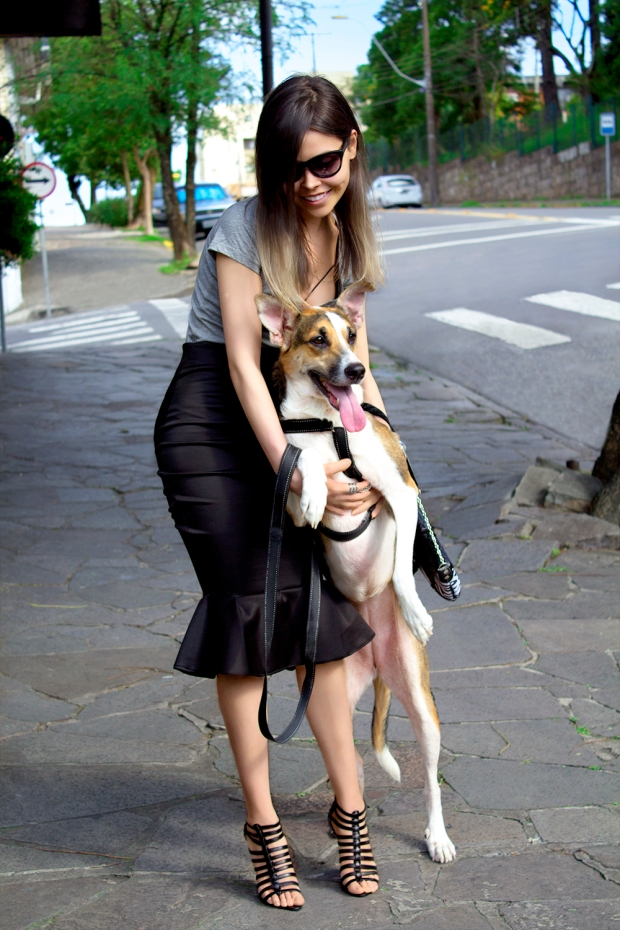 sininhu sylvia santini meu look saia lápis preta midi skirt gray t-shirt cinza strappy bra lili blog got sin 03